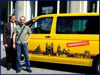 Olaf Ahrens, Jens Jähnig am neugestalteten MMKT Bus ©MMKT