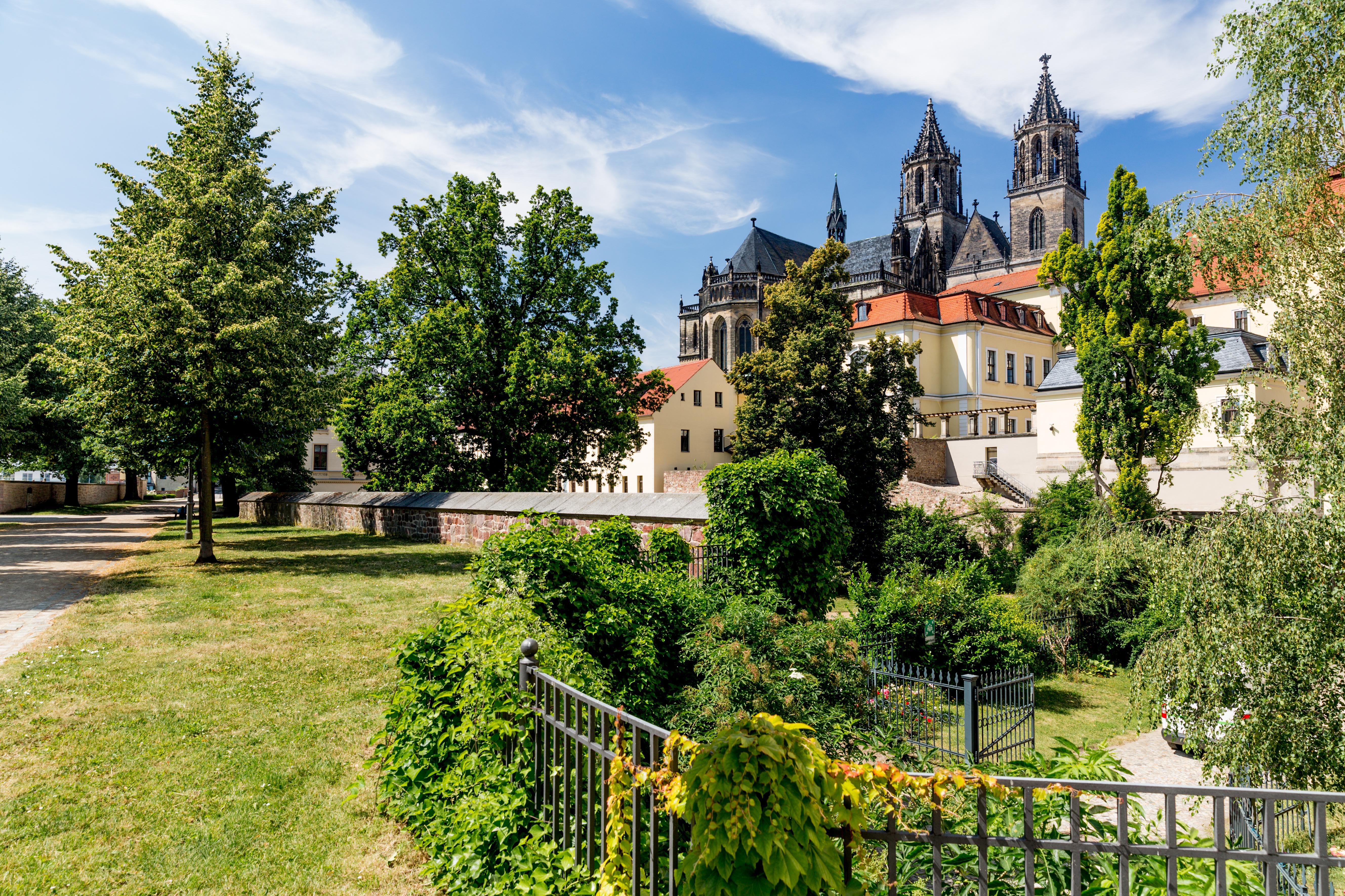 Stadtrundgang auf dem Fürstenwall mit Blick zum Magdeburger Dom