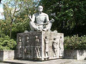 Eike von Repgow Statue in Magdeburg in der Hallischen Straße