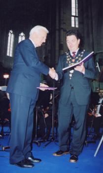 OB Dr. Lutz Trüper überreicht den kaiser Otto Preis erstmalig an den Bundespräsidenten a.D.  Richard von Weizsäcker