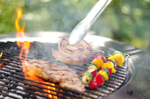Grill mit Grillgut  Quelle: Fotolia stockcreations