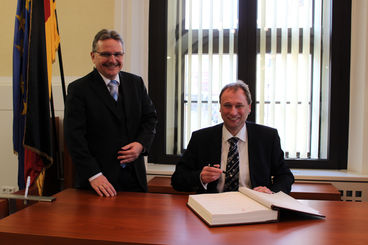 Bürgermeister Klaus Zimmermann empfing S.E. TomᨠJan Podivínský - Botschafter der Tschechischen Republik trug sich in das Goldene Buch der Landeshauptstadt ein