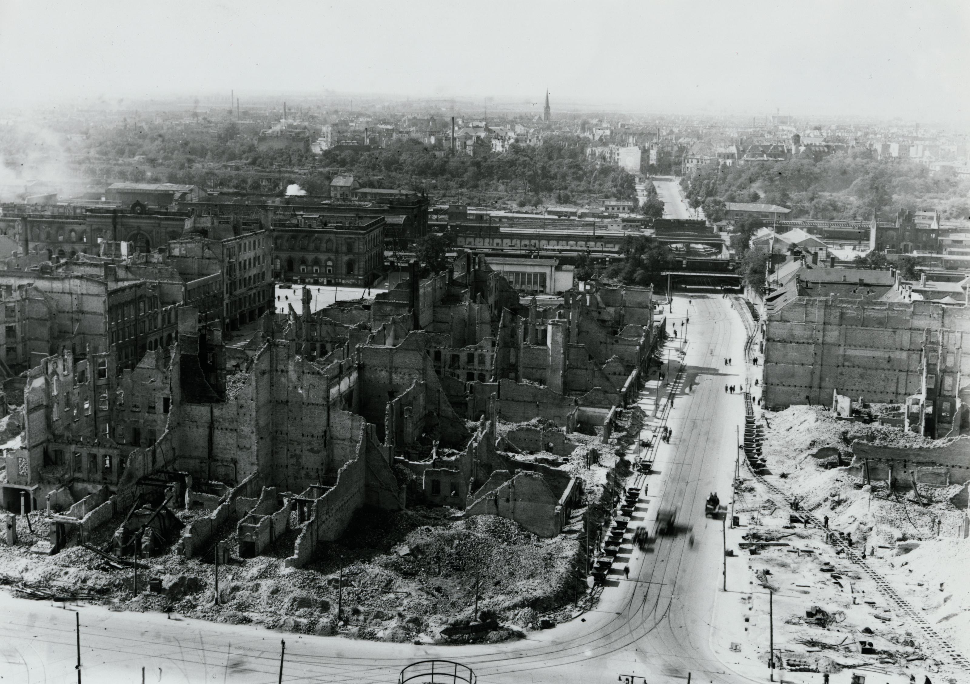 Blick von der Ulrichskirche nach Westen, um 1946
