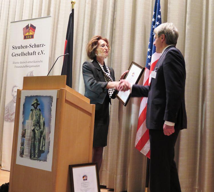 Preisverleihung durch Vorsitzende der Steuben-Schurz-Gesellschaft an Landeshauptstadt Magdeburg