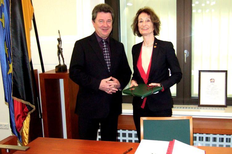 Dr. Ingrid Gräfin zu Solms-Wildenfels trägt sich in das Gästebuch der Stadt Magdeburg ein