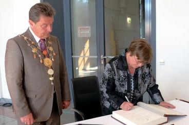 Oberbürgermeister Dr. Lutz Trümper überreicht den Ehrenring der Landeshauptstadt Magdeburg an Waltraut Zachhuber. [Foto: Landeshauptstadt Magdeburg]