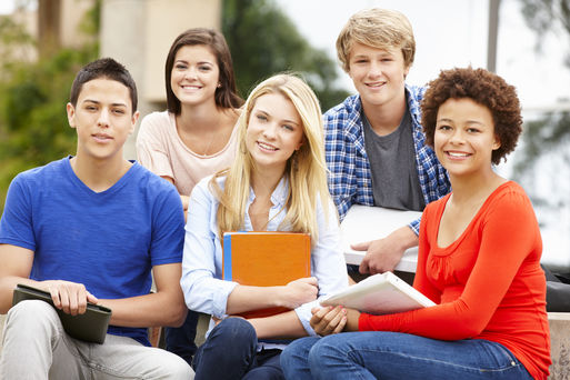 Multi racial student group sitting outdoors Foto: Monkey_Business Fotolia.com