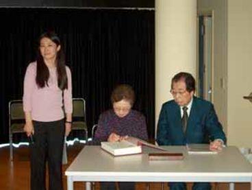 Akihiro Takahashi, Zeitzeuge und ehemaliger Direktor des Hiroshima Peace Memorial Museums (rechts)