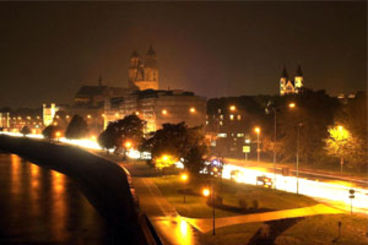 Elbuferansicht bei Nacht