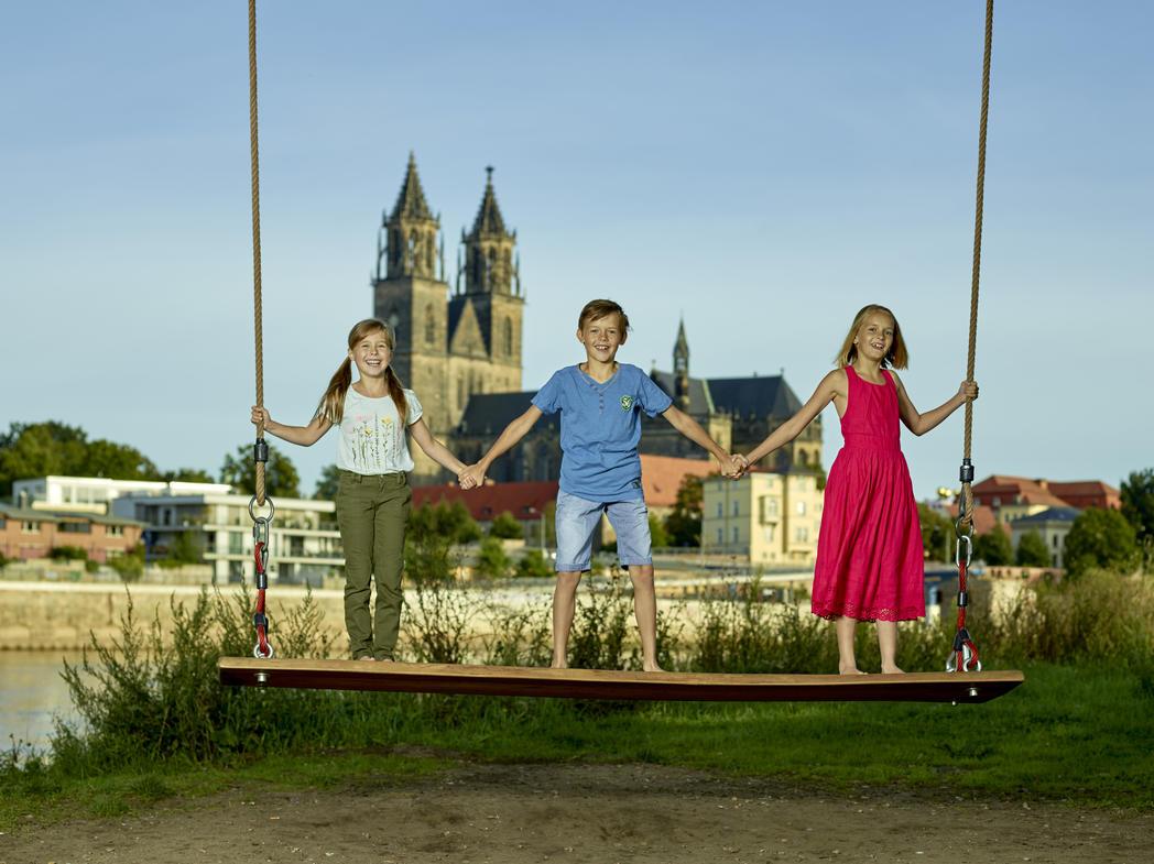 Kinder auf Elbschaukel ©Kai Spaete, Magdeburg Marketing