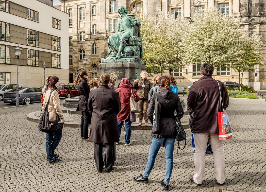 Stadtführung vor Guericke Denkmal ©Magdeburg Marketing Foto: Andreas Lander