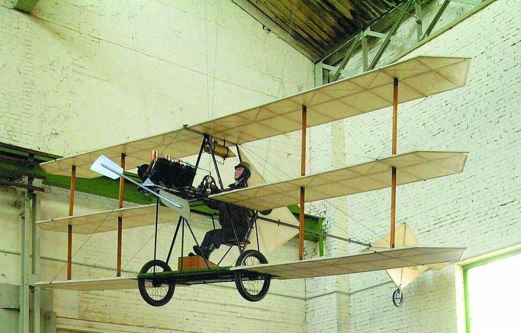 Techmus-Flieger an der Decke des Technikmuseums in Magdeburg